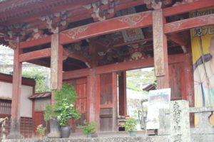 紫陽花が置いてある興福寺の入り口の門の写真