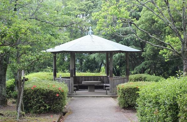 轟の滝公園、緑の木々の中に建つ東屋の写真