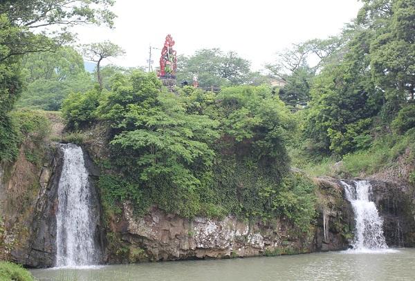 轟の滝公園の滝の様子、上には赤い不動明王尊が祀られてる写真