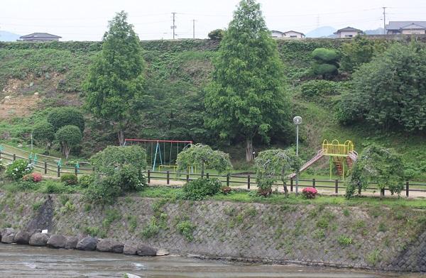 轟の滝公園、川沿いにある遊具場の写真(ブランコや滑り台他)