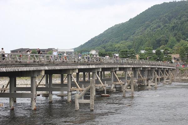 桂川に架かる嵐山の渡月橋の写真