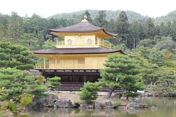 夏の金閣寺の外観写真