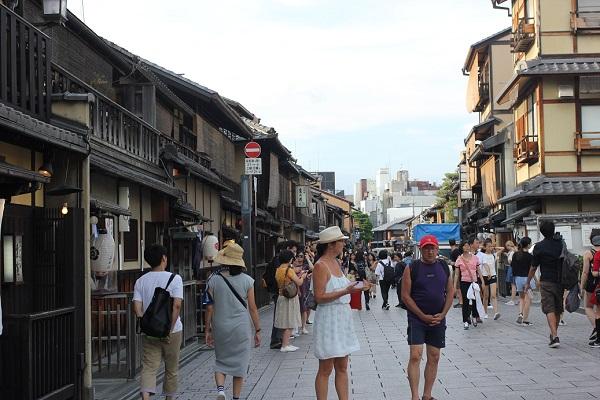 花見小路の趣きがある街の様子、人が多く外国人もいる様子の写真