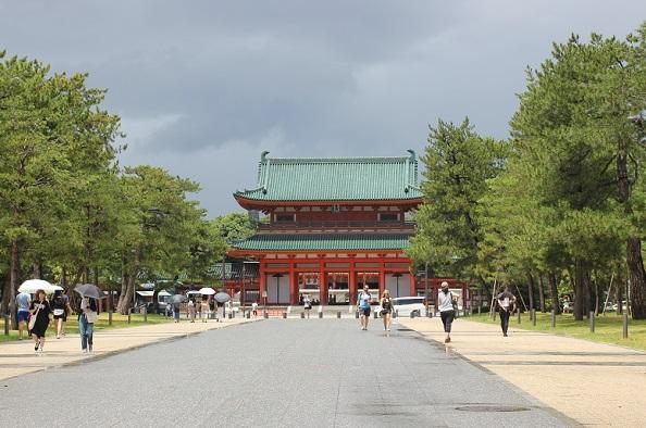 平安神宮へ続く表参道、緑豊かな大きな木々と應天門の写真