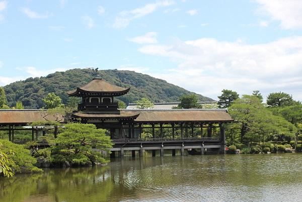 夏の平安神宮、栖鳳池と 橋殿の泰平閣の写真