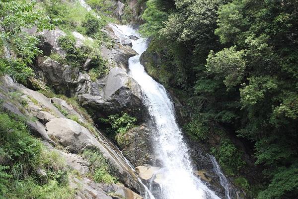 見帰りの滝、水が勢い良く落ちていく滝の様子の写真