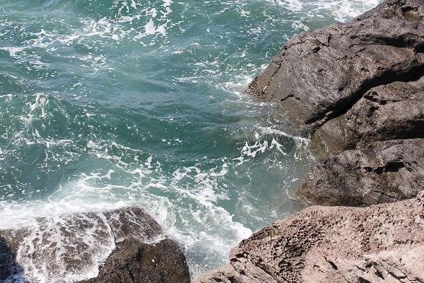 堂崎鼻、少し高い岩場から見た真下の海の様子の写真