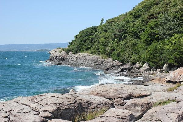 堂崎鼻の風景、岩場と半島、海の写真