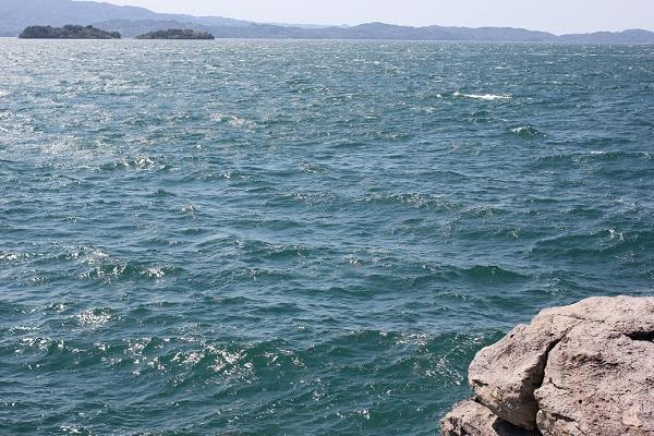 堂崎鼻の岩場から見た大村湾の写真