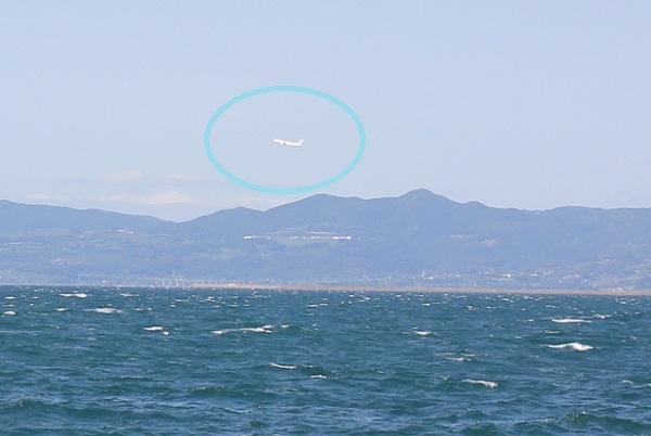 堂崎鼻からの風景、大村湾と大村空港、飛び立ってる飛行機の様子の写真