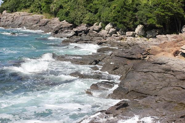 堂崎鼻の美しい岩場の海岸景色、波打つ様子の写真
