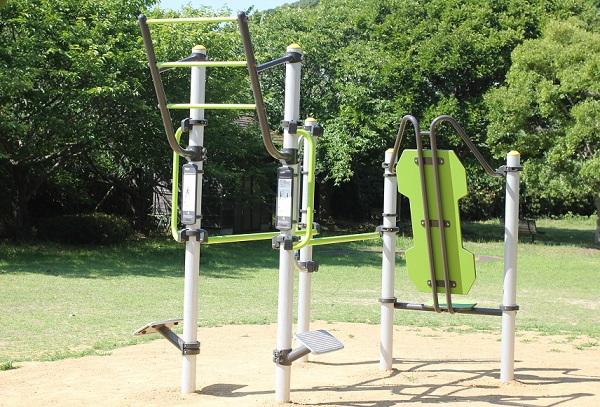 潮井崎公園の駐車場近くの広場にある健康増進課器具の写真