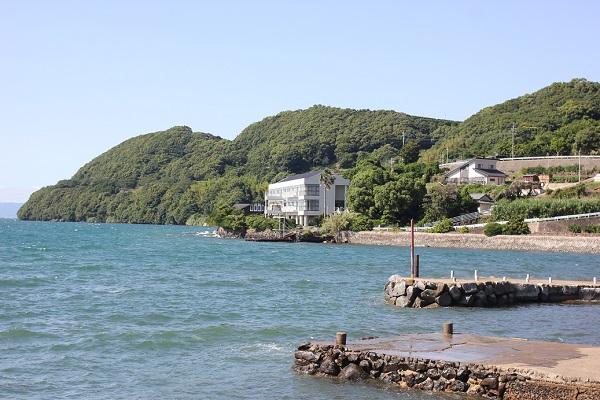 潮井崎公園から見える大村湾、喜道庵、一心亭の写真