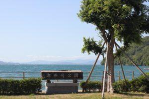 潮井埼公園の石看板ときれいな海の写真
