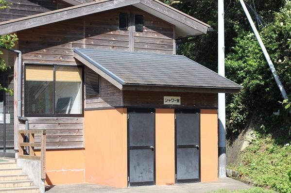 潮井崎公園のキャンプ場広場にあるシャワー室の外観写真
