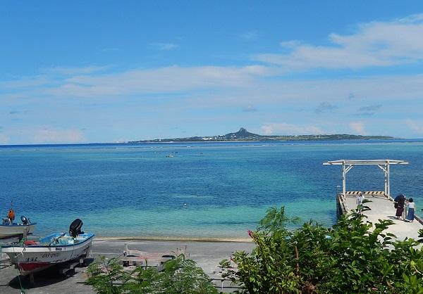 伊江島と広がる青い海、海岸の写真