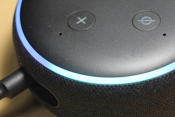 アレクサ、Echo Dotのアップ写真、青く光ってる状態