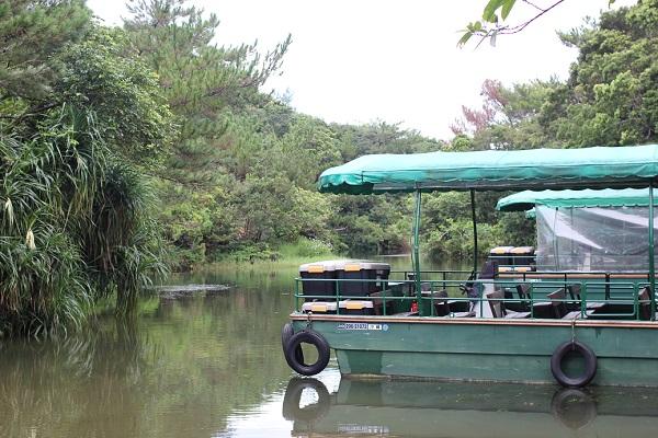ビオスの丘の湖水観賞舟、池に浮かぶ船の写真