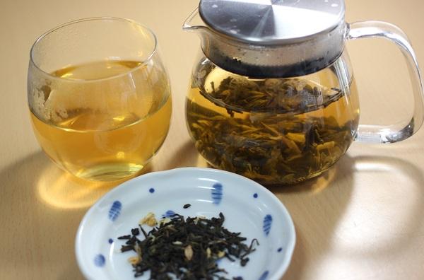 さんぴん茶をポットに入れた様子とカップに注いだ様子とさんぴん茶の茶葉の写真