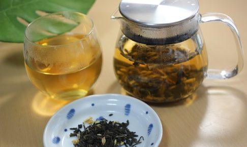 さんぴん茶を入れたポットとカップに入れたお茶、茶葉の写真