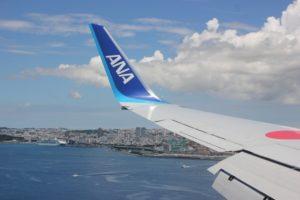 飛行機から見た沖縄の街並みの写真
