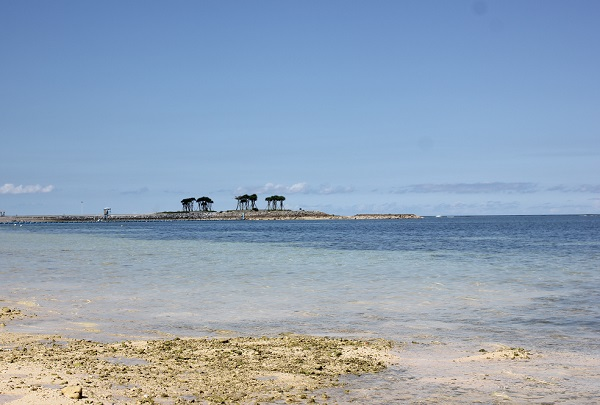 沖縄の青い空とビーチの写真