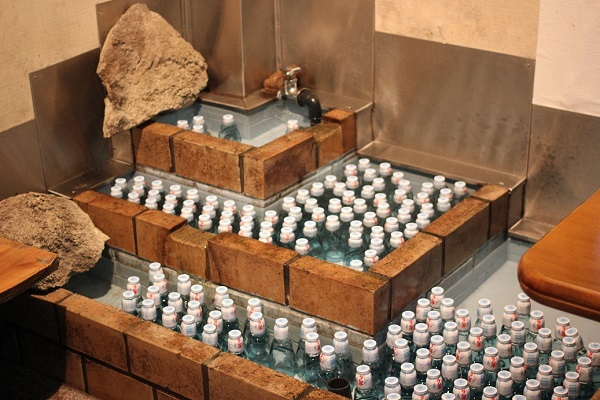 岩戸観光ガーデンの店内にある冷やしたラムネの写真