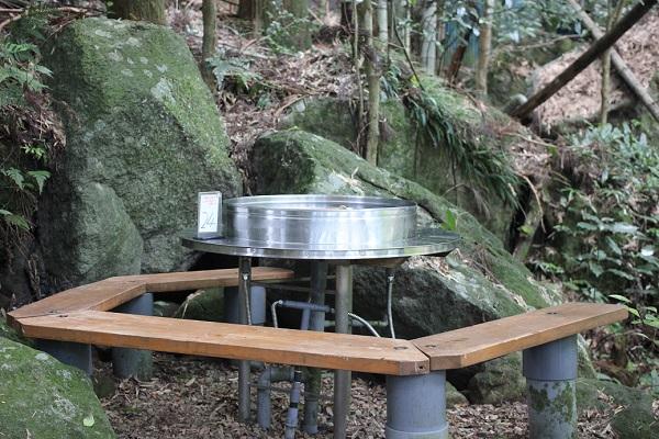 岩戸観光ガーデンのソーメン流しの台、席の写真
