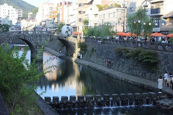 夕方の長崎夜市、中島川と眼鏡橋の写真