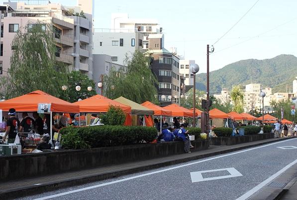 夕方の長崎夜市、道路と屋台の様子の写真