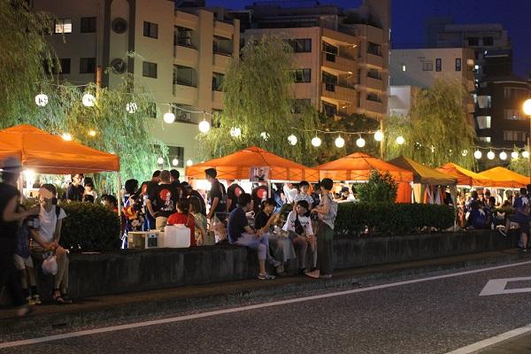 夜の長崎夜市、賑わってる屋台の様子の写真
