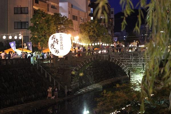夜の長崎夜市、大提灯と眼鏡橋の写真
