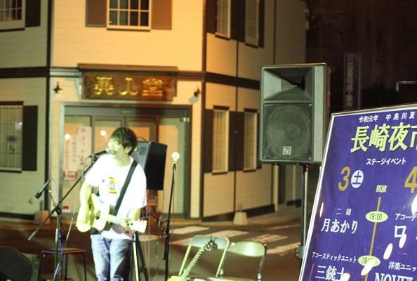長崎夜市、眼鏡橋の側でステージイベント、歌を歌ってる様子の写真
