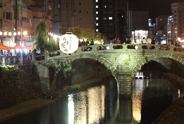 夜の長崎夜市、ライトアップした眼鏡橋と大提灯の写真