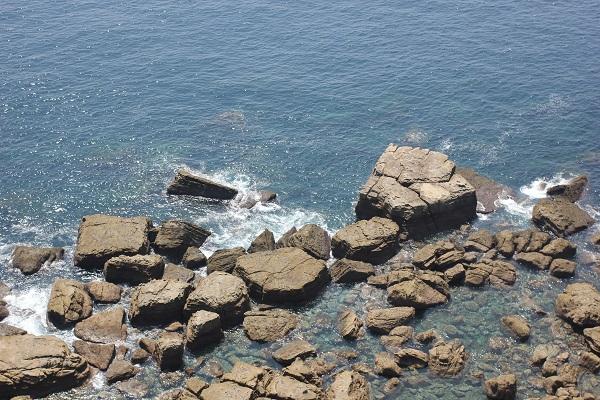 崎戸の展望台から下を見た海と海岸の様子の写真