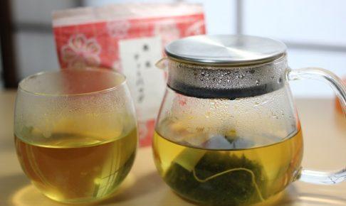 お土産の桑の葉茶と、ティーパックをポットとカップに入れた様子の写真