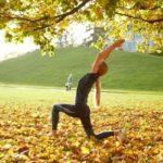 公園でポーズをとってる女性の写真