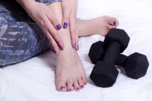 ダンベルと女性の足の写真