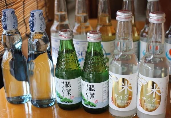 加部島のお店に置いてあった数種のサイダーの写真、松葉サイダーや米サイダー他。