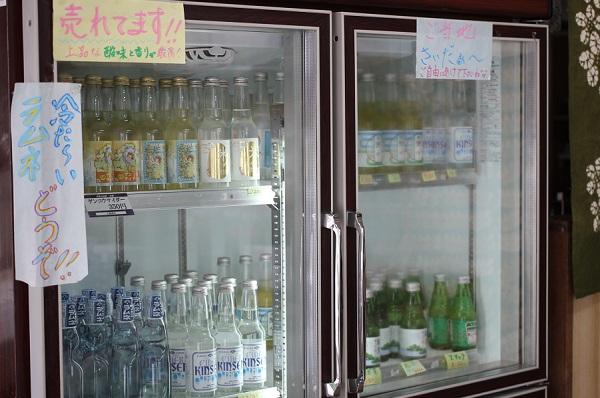 加部島のお店、おおきな冷蔵庫に陳列している数々のサイダーの写真