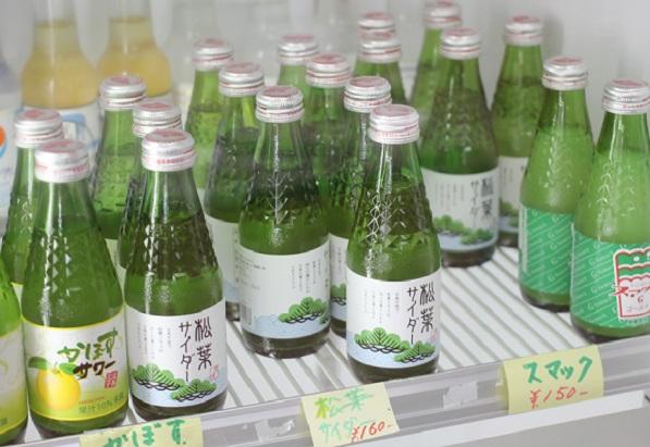 加部島のお店の冷蔵庫の中のサイダー。松葉サイダーやかぼすサワー、スマックなどの写真
