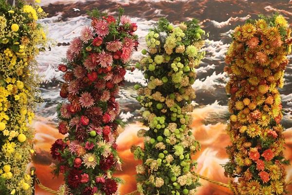 色とりどりのダリアの柱の写真