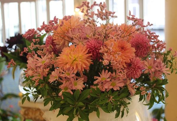 ホテルヨーロッパ、ダリアの生け花の写真