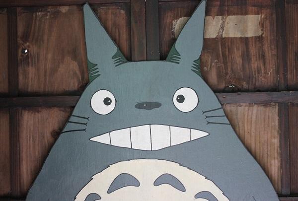 ととろのバス停の中、板に書かれてるトトロの写真