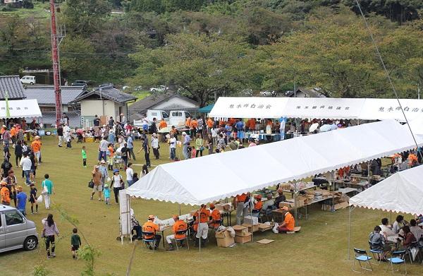 鬼木グランドの様子の写真 産地の野菜販売、催し物、テント、人々の写真