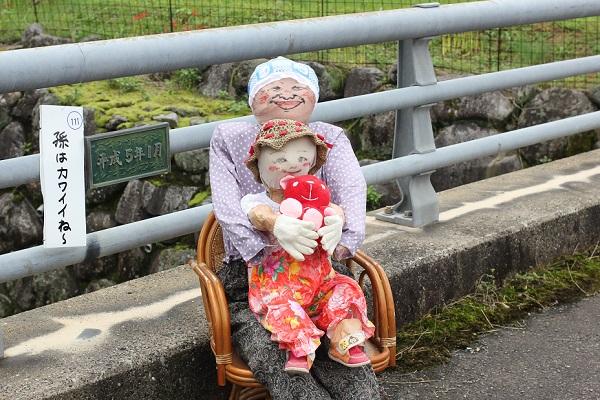 鬼木の棚田の案山子、おばあちゃんと孫