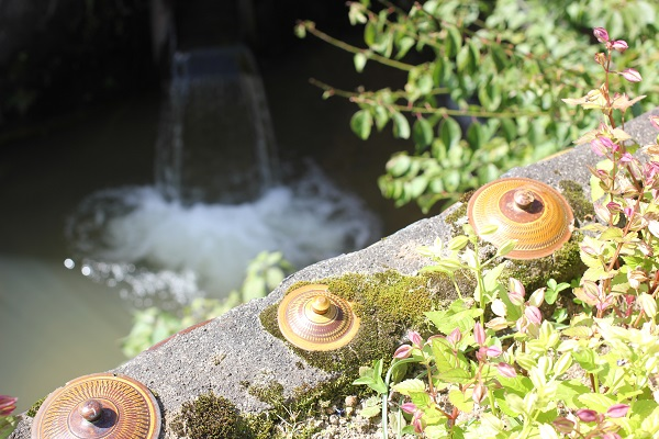 小鹿田焼民陶祭、清流と器のモニュメントの写真