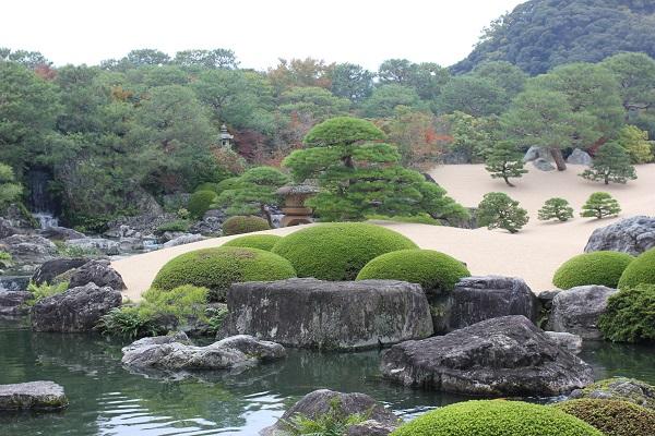 白砂青松 池と庭の写真