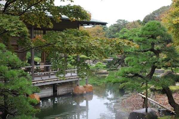 由志園の池と庭、料亭の写真