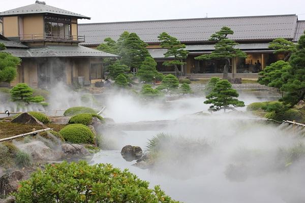 由志園、ミストが幻想的な霧の日本庭園の写真